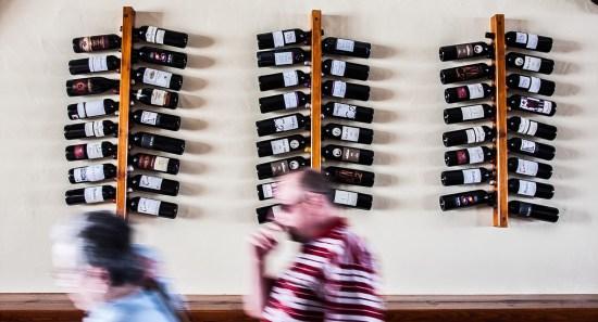 Expositor de vinos de pared en La Taberna de Nino, restaurante de tapas y pinchos en Puerto del Carmen