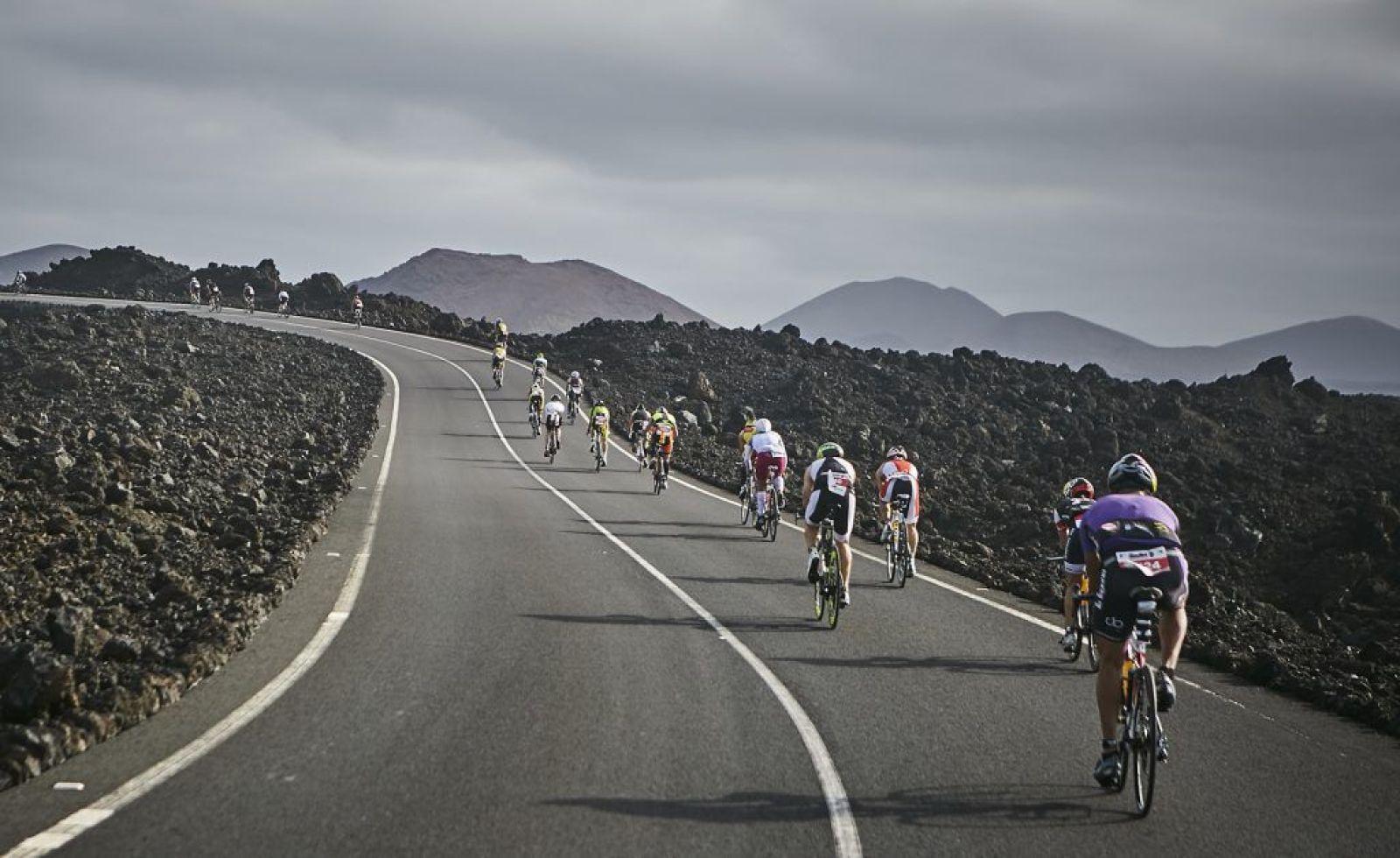 ciclistas por timanfaya