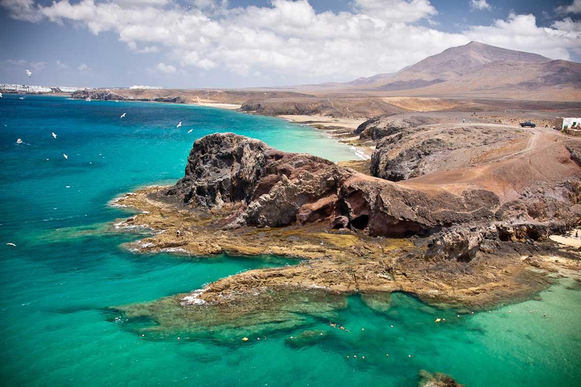 contraste mar, rocas y arena