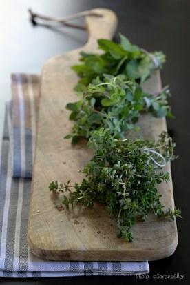 Fresh herbs on wooden board :: Sale e Pepe Magazine | Food Styling: Orsola Ciriello Kogan | Styling: Cristina Gigli | Photo: ©SerenaEller