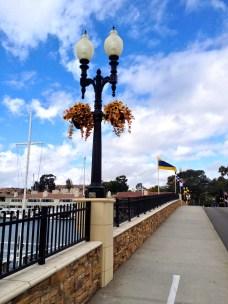 På bron över till Balboa Island har man smyckat varje lampstolpe...