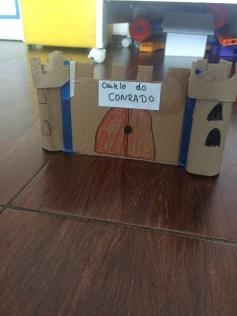 castelo feito com rolo de papel higiênico e papelão.