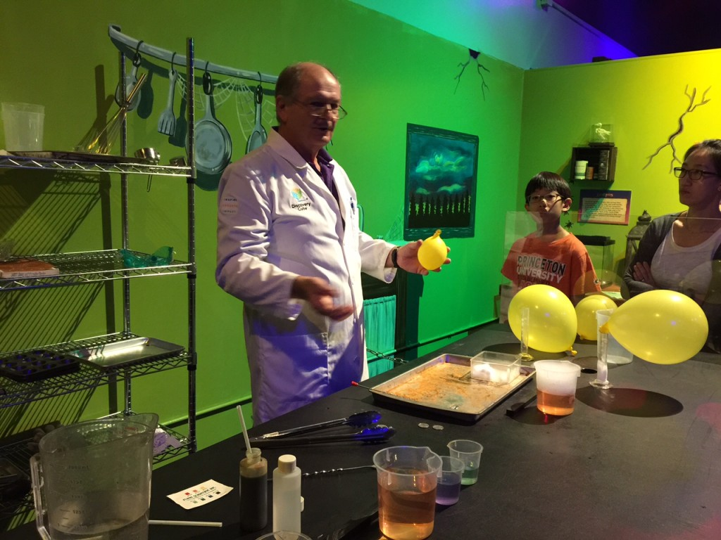 Fun science lesson at Discovery Cube OC #DiscoveryCubeMoms