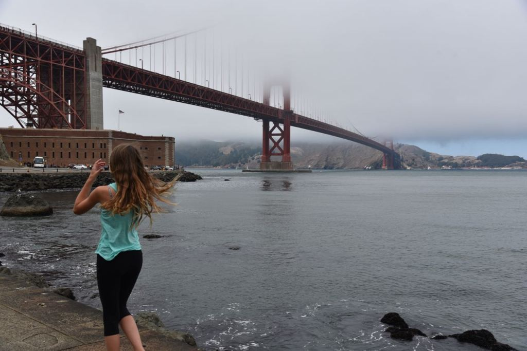 kid-looking-at-golden-gate-bridge