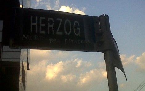 Em protesto, nome de Vladimir Herzog substitui Brigadeiro Faria Lima em placa de rua foto de Bruna Carvalho