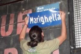 Placas da vila Mussolini são trocadas por nomes de heróis assassinados pela ditadura.