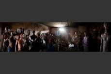 Trinta e quatro homens e meninos dormem na cela n°3 na prisão de Makeni. A maioria deles dorme no chão. Um privilégio nesta prisão é a possibilidade de ocupar o tempo com duas máquinas de costura.