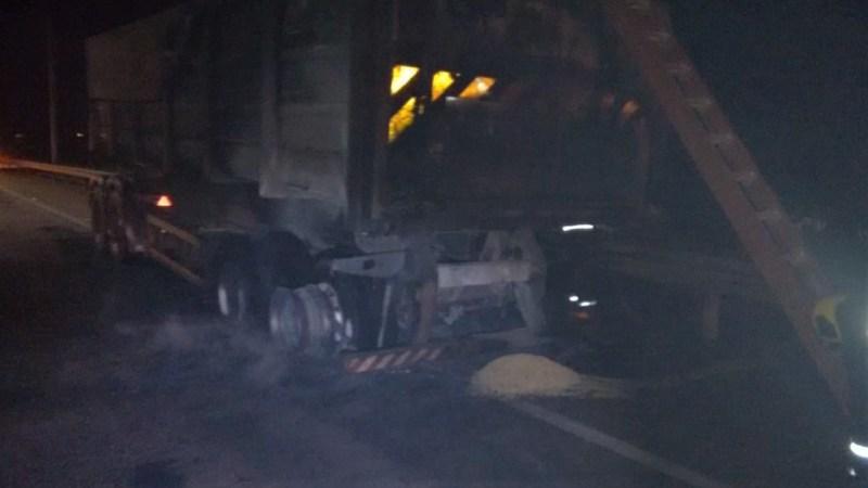 Carreta com carga de soja pega fogo na Ponte da Amizade