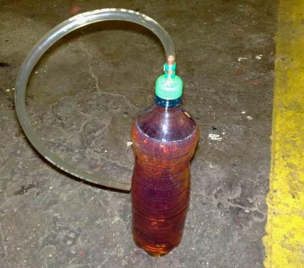 Hadička napojená na pet lahev s olejem
