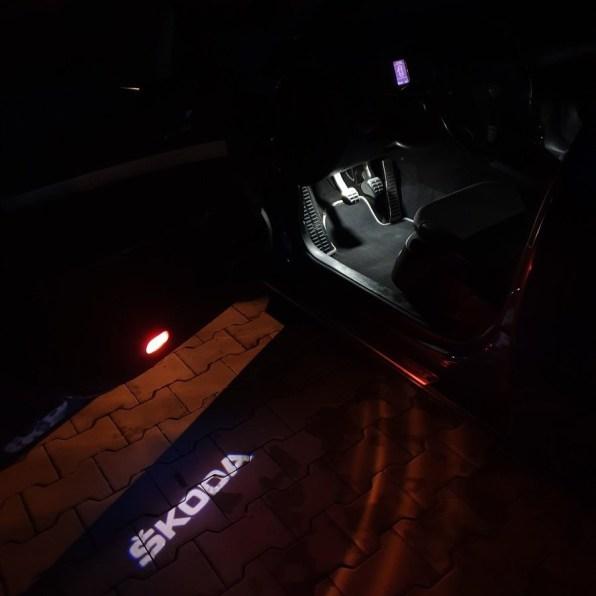 Modrá Škoda Octavia RS 2 0 TDi PD nápis Škoda u dveří