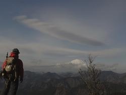 富士山を見る男