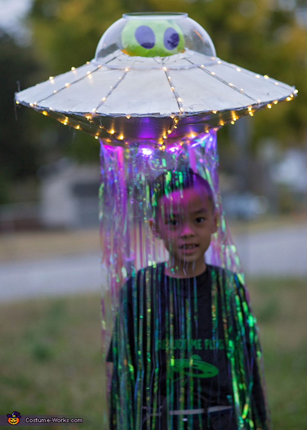 Many of us put off planning a halloween costume only to realize suddenly that halloween is just days away. This Abducted By An Alien In Ufo Costume Might Be The Greatest Halloween Idea Ever