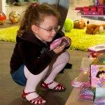 Девочка зачиталась книжкой Winx в «Городе сказок»