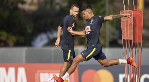 Bruno Guimarães e Everton Ribeiro durante treino da Seleção na Granja Comary: volante pode ser novidade
