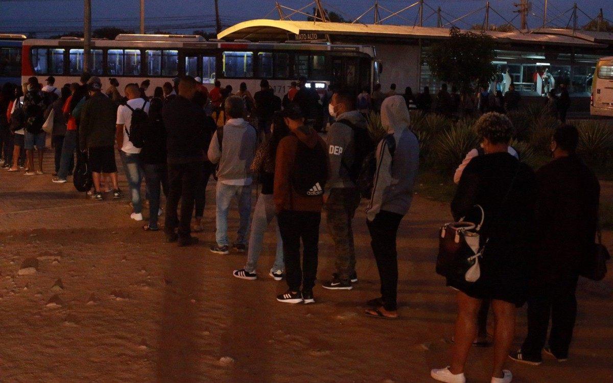 Movimentação de passageiros no BRT aguardando a saída da linha emergencial no Mato Alto, em maio. Linha foi desativada - Daniel Castelo Branco