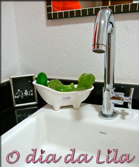 Banheirinha trazendo charme para o lavabo