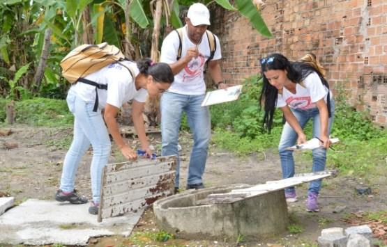 Agentes de Endemias municipais fazem busca ativa dos focos do Aedes aegypti (Foto: Carla Cleto)