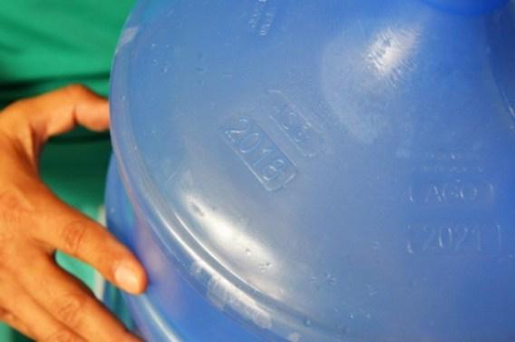 Nos garrafões ou garrafas de água mineral deve constar o prazo de validade (Fotos: Carla Cleto)