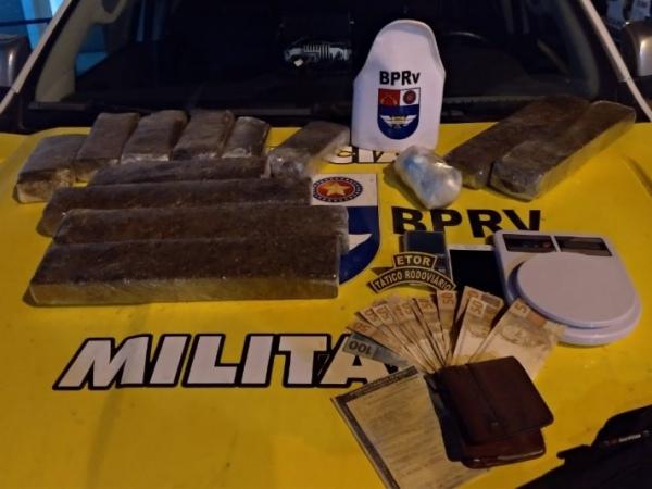Suspeito é preso com mais de 10 kg de drogas dentro de mochila FOTO: CORTESIA/BPRV