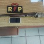 Acusado de roubo é detido em posse de uma espingarda em Joaquim Gomes