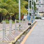 Prefeitura instala equipamentos para isolamento da orla