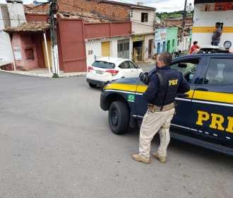 PRF prende três e recupera dois veículos durante fiscalizações em rodovias de AL