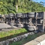 Acidente entre caminhão e carreta em Palmares deixa BR-101 interditada