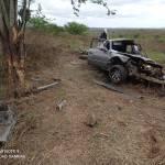 Carro bate em árvore e fica completamente destruído em Batalha