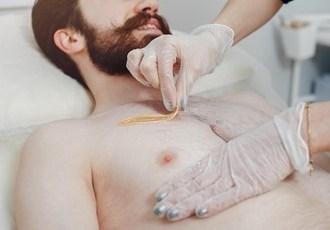 Descubra os motivos para os homens também investirem na depilação e quais os melhores métodos para eles