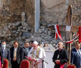 Papa Francisco visita cidade no Iraque devastada pelo Estado Islâmico