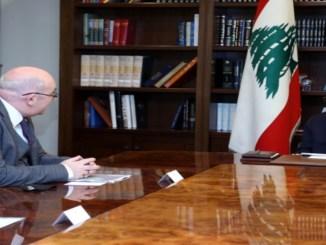 Presedente Aoun con l'incaricato d'affari britannico a Beirut, Martin Longden.