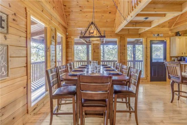 Dinner is served - Grand Mountain Splash has 2 dining tables. One is in the loft; this one, on the main floor, seats 10, and there�??s room for 2 more at the adjacent breakfast bar.