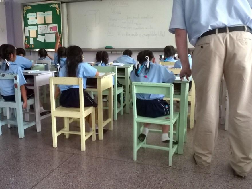 Los estudiantes y el maestro en el aula