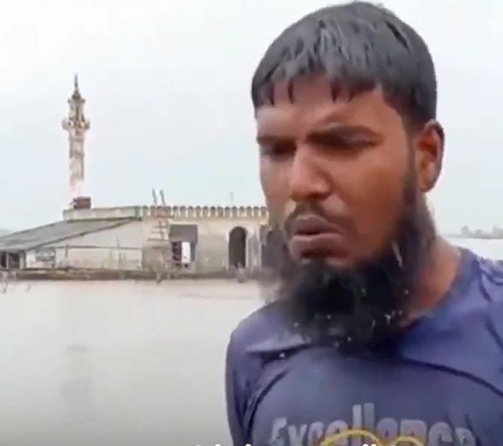Kisah Lelaki Yang Sanggup Berenang Demi Tunai Solat Di Masjid Yang Dilanda Banjir 2