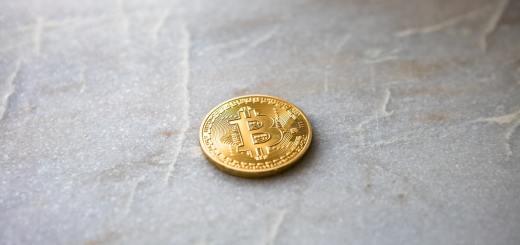 Bitcoins na tle stołu