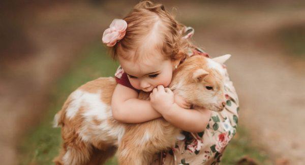 Удивительные фото маленьких детей с животными, которые ...