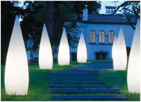 Оригинальные светильники-свечка на загородном участке