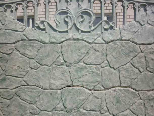 оштукатуренная поверхность стены и обработанная кислотой