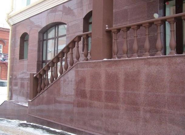 здание облицовано гранитной плитой