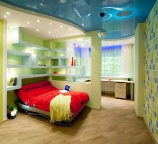 Красиво оформленная комната школьника с многоуровневыми потолками и отделением учебной и спальной зон перегородкой