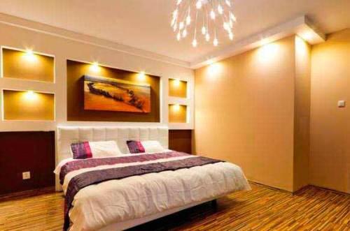 точечный свет от потолочных и настенных светильников в спальне