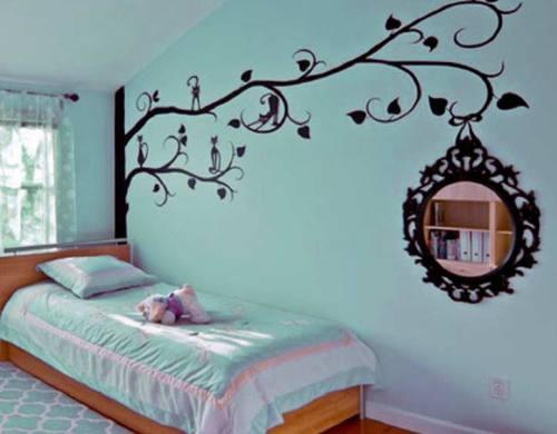 стена спальни в голубом тоне