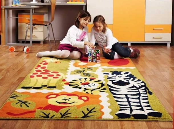 дети играют на ковре в детской комнате