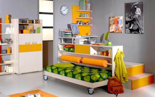 учебная зона и зона отдыха в детской комнате