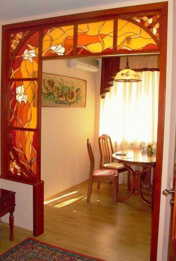 Витражное стекло в перегородке на кухне