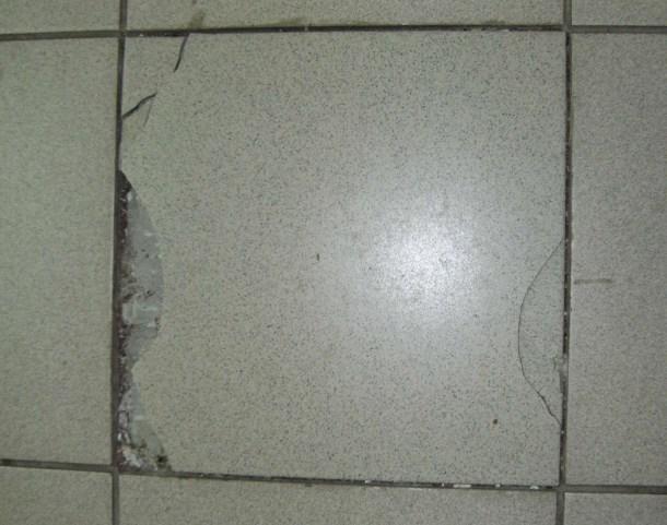 поврежденная плитка