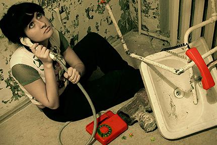 шум в трубах, девушка звонит сантехнику