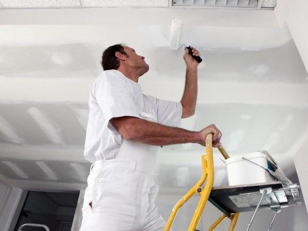 как сэкономить на отделке потолков
