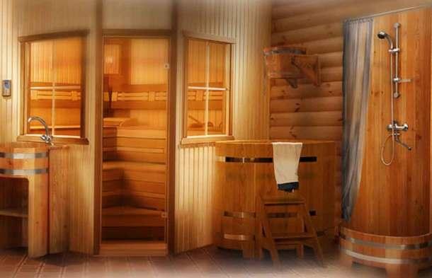 Внутри бани душевая кабинка