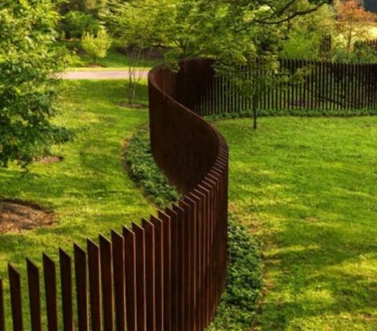 эксклюзивный деревянный забор на даче
